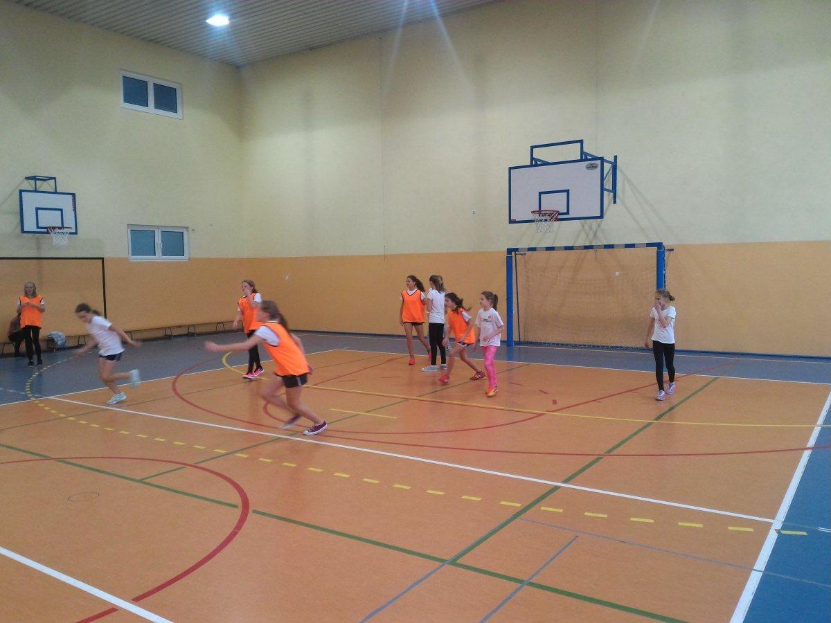 Koszykarski mecz dziewcząt