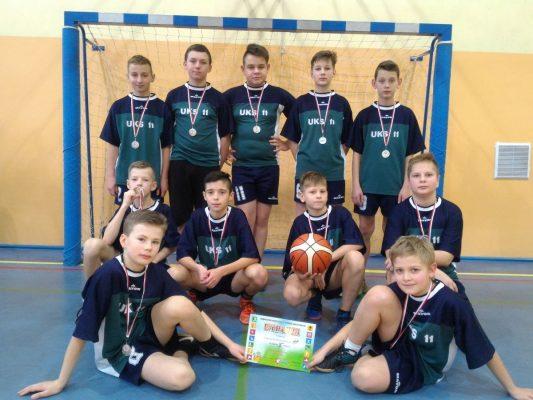 Srebrny medal chłopców w mini koszykówce
