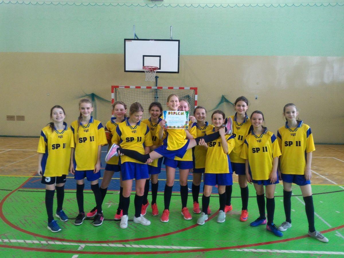 Zwycięstwo dziewcząt w etapie rejonowym zawodów w mini koszykówkę