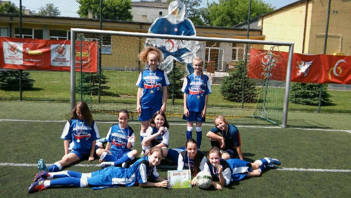Złote medale dziewcząt w piłkę nożną