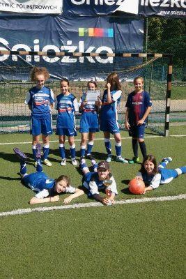 Dziewczęta najlepsze w powiecie w piłkę nożną.