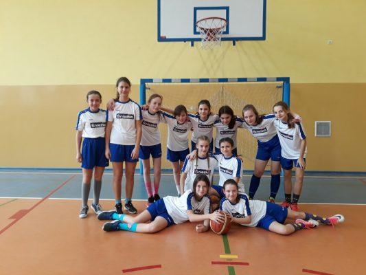 Dziewczęta najlepsze w powiecie w koszykówkę