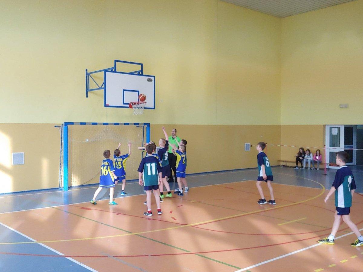 Koszykarska drużyna chłopców na III miejscu w powiecie