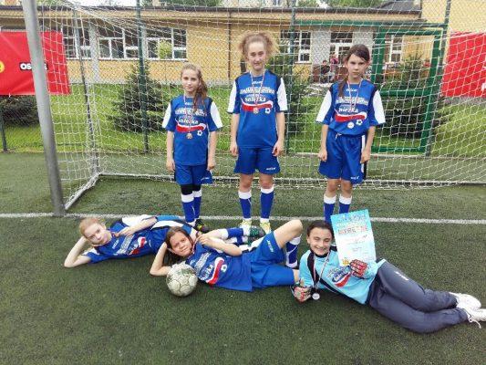 Brązowy medal dziewcząt w piłkę nożną